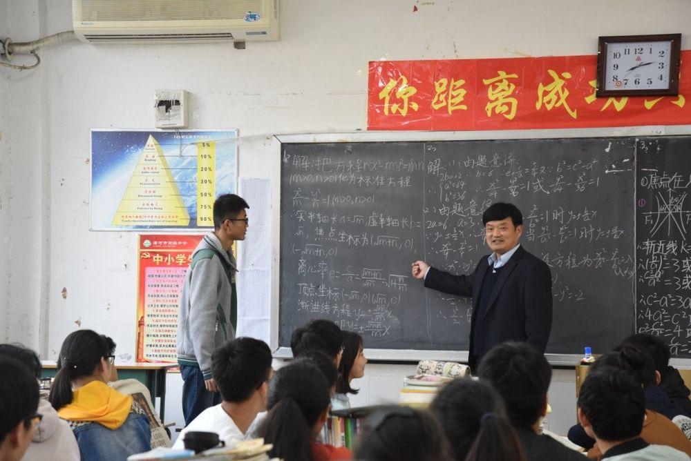"""【奋进新时代 出彩河南人】王海东:二十八年如一日 书写""""教育传奇"""""""
