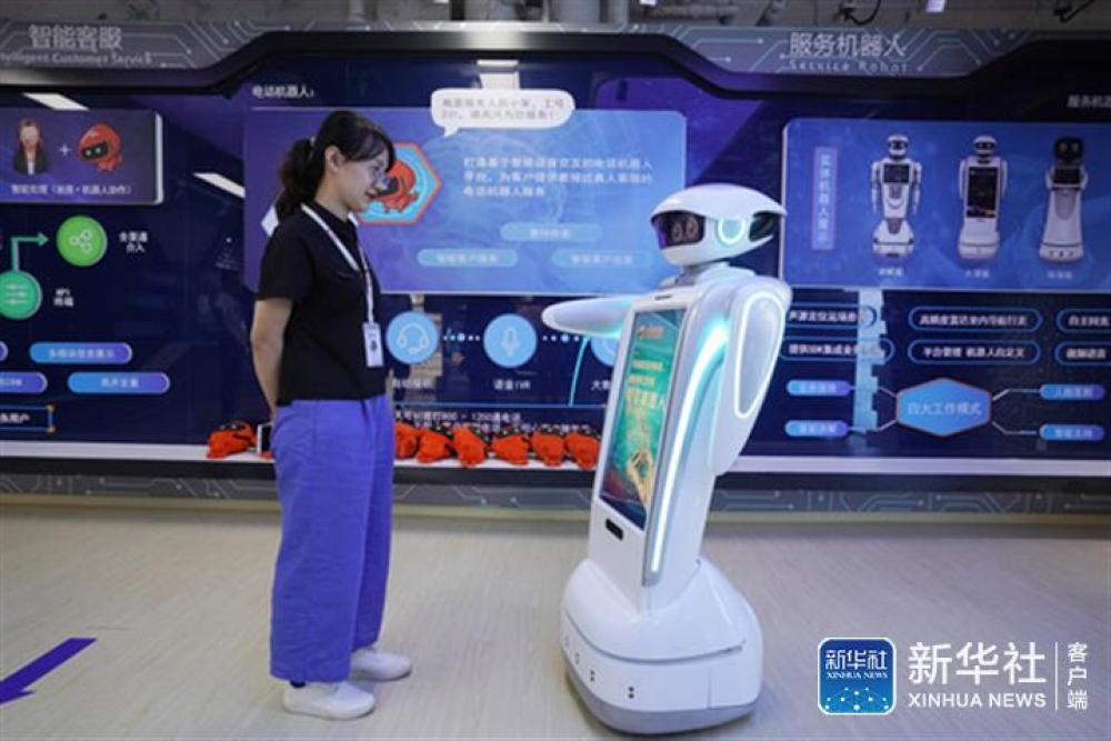 ↑在由天皓成服装批发市场转型的宝蓝金融创新中心,北京慧文科技有限公司的工作人员在演示公司开发的一款服务机器人(8月1日摄)。新华社记者鞠焕宗摄