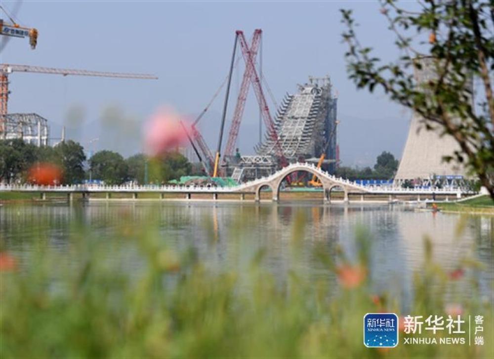 ↑正在建设中的首钢滑雪大跳台(7月26日摄)。新华社记者张晨霖摄