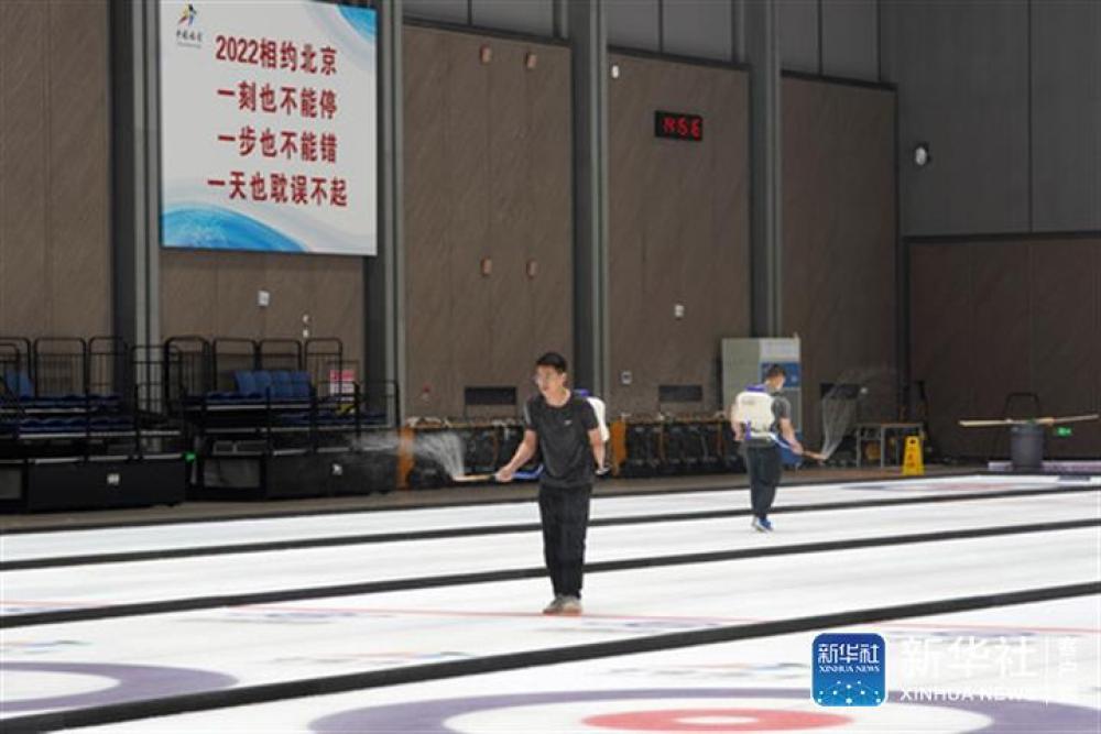 ↑在北京首钢园区的冰壶训练馆,制冰工人在进行制冰作业(7月24日摄)。新华社记者鞠焕宗摄