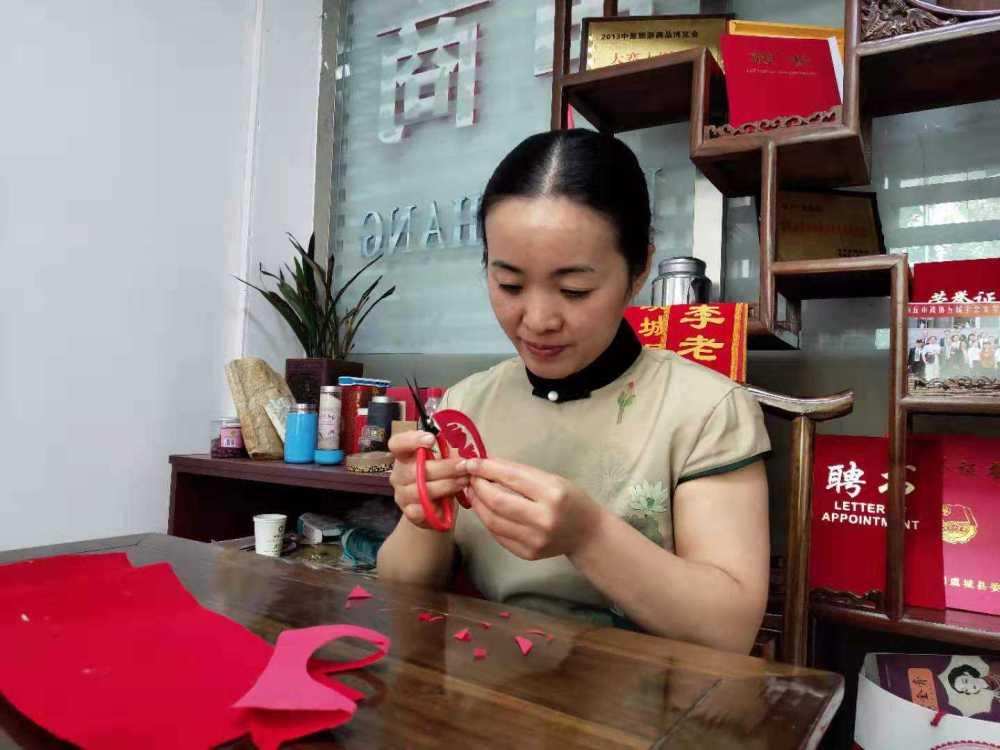 【奋进新时代 出彩河南人】贾艳梅:一把剪刀剪出中华古韵今风