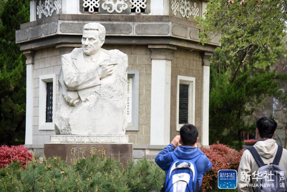 新华全媒+| 烈士陵园里,为何安葬着一位外国记者?