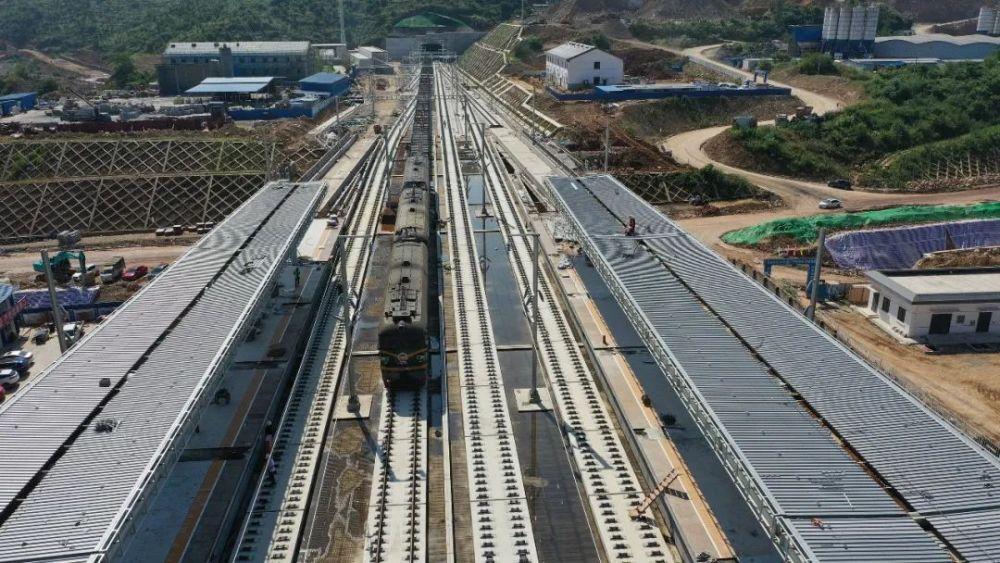 设计时速350公里, 郑万高铁重庆段铺轨完成